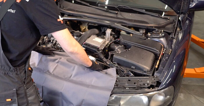 Kuinka vaihtaa VOLVO V70 II (285) 2.4 2000 -auton Sytytystulpat – vaiheittaiset ohjekirjat ja video-oppaat