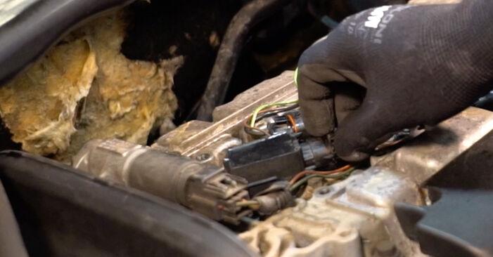 Kuinka vaikeaa on tehdä itse: Sytytystulpat-osien vaihto Volvo V70 SW 2.4 D 2005 -autoon - lataa kuvitettu opas