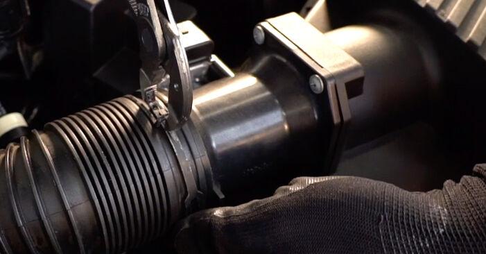 Patstāvīga VW Golf IV Hatchback (1J1) 1.6 16V 2002 Gaisa filtrs nomaiņa - tiešsaistes pamācība