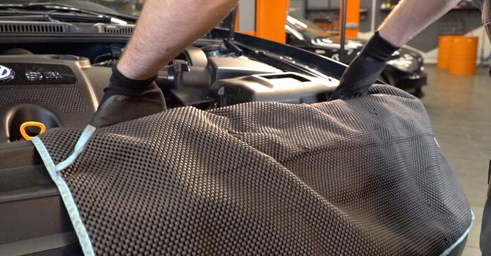 Kā nomainīt VW Golf IV Hatchback (1J1) 1.4 16V 1998 Gaisa filtrs - pakāpeniskās rokasgrāmatas un video ceļveži