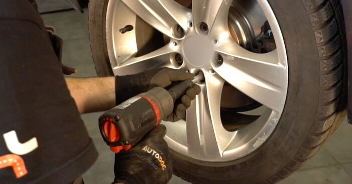 Hvordan skifte BMW 3 SERIES 2012 Støtdemper trinn–for–trinn veiledning