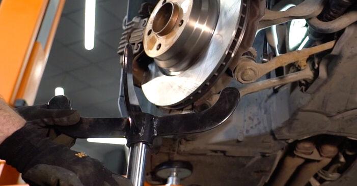 Kako zamenjati BMW 3 Coupe (E92) 335i 3.0 2006 Blazilnik - priročniki s koraki in video vodniki