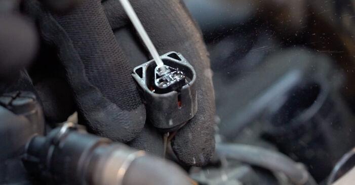 Wie schwer ist es, selbst zu reparieren: Zündkerzen BMW E92 320i 2.0 2011 Tausch - Downloaden Sie sich illustrierte Anleitungen