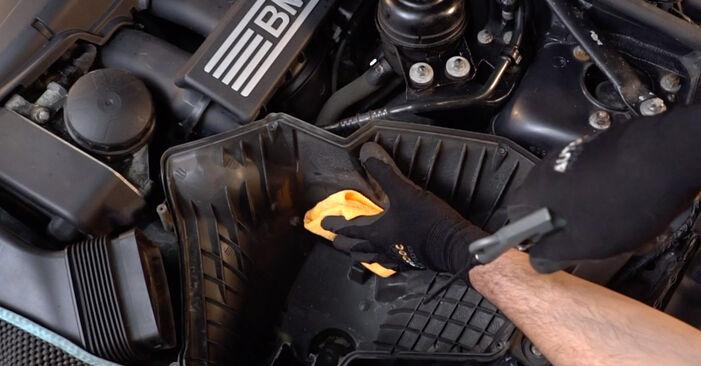 Wie schwer ist es, selbst zu reparieren: Luftfilter BMW E92 320i 2.0 2011 Tausch - Downloaden Sie sich illustrierte Anleitungen