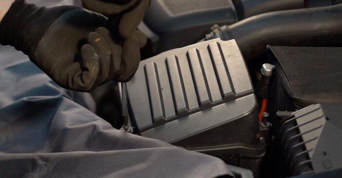 Tausch Tutorial Luftfilter am VW Golf V Schrägheck (1K1) 2008 wechselt - Tipps und Tricks