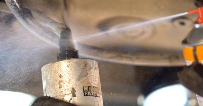 Kraftstofffilter am VW Golf V Schrägheck (1K1) 1.4 16V 2008 wechseln – Laden Sie sich PDF-Handbücher und Videoanleitungen herunter