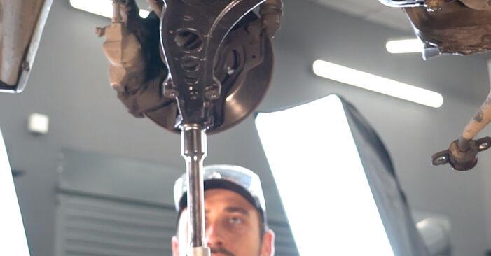 Mudar Braço De Suspensão no Fiat Punto 188 2007 não será um problema se você seguir este guia ilustrado passo a passo