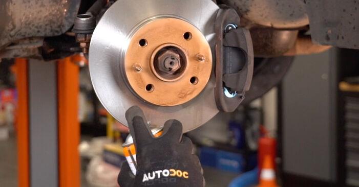 A substituição do Braço De Suspensão no FIAT PUNTO (188) 1.3 JTD 16V 1999 não é mais um problema com o nosso tutorial passo a passo.