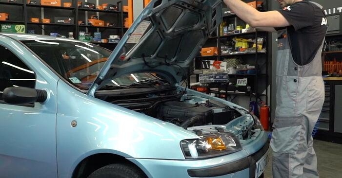 Wymiana Filtr powietrza Fiat Punto 188 1999 - darmowe instrukcje PDF i wideo