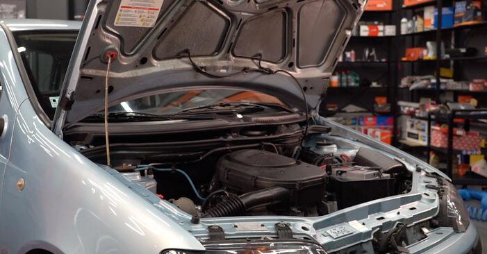 Zalecenia krok po kroku dotyczące samodzielnej wymiany Fiat Punto 188 2012 1.9 JTD Filtr powietrza