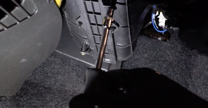 Wie Innenraumfilter FIAT PUNTO (188) 1.2 16V 80 2000 austauschen - Schrittweise Handbücher und Videoanleitungen