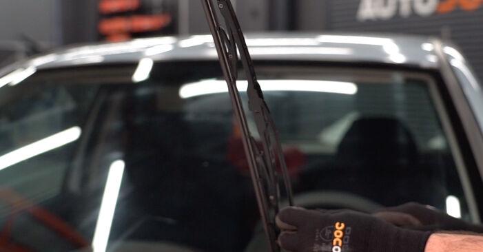 Kaip pakeisti FIAT PUNTO (188) 1.2 60 2000 Valytuvo gumelė - išsamios instrukcijos ir vaizdo pamokos