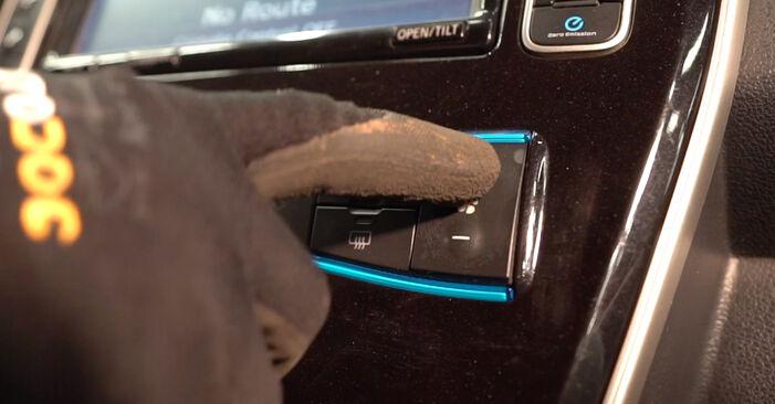 Cómo reemplazar Filtro de Habitáculo en un NISSAN LEAF Elektrik 2011 - manuales paso a paso y guías en video