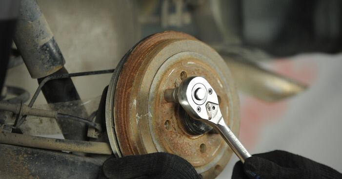 Come rimuovere FIAT PUNTO 1.9 JTD 2003 Freno a Tamburo - istruzioni online facili da seguire