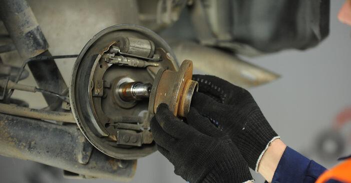 Bremsbacken beim FIAT PUNTO 1.8 130 HGT 2006 selber erneuern - DIY-Manual