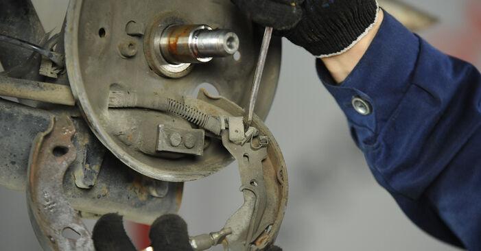 Tausch Tutorial Bremsbacken am FIAT PUNTO (188) 2011 wechselt - Tipps und Tricks