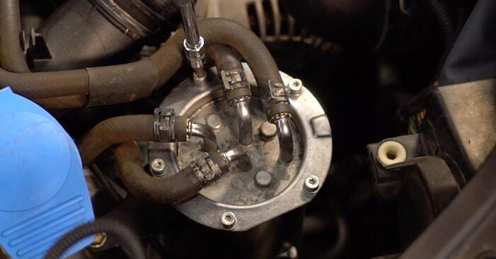 Wechseln Kraftstofffilter am VW TOURAN (1T1, 1T2) 1.4 TSI 2006 selber
