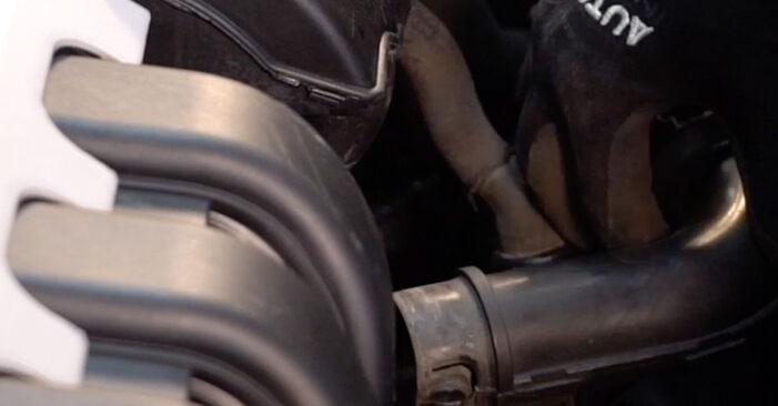 Changer Filtre à Air sur RENAULT CLIO II (BB0/1/2_, CB0/1/2_) 1.4 16V 2001 par vous-même