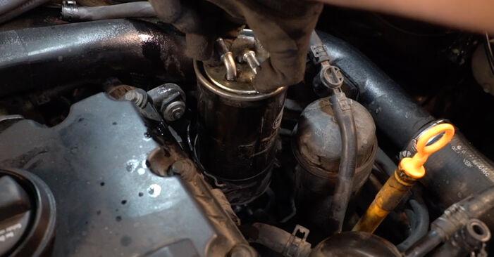 Austauschen Anleitung Kraftstofffilter am Audi A4 B6 Avant 2003 1.9 TDI selbst