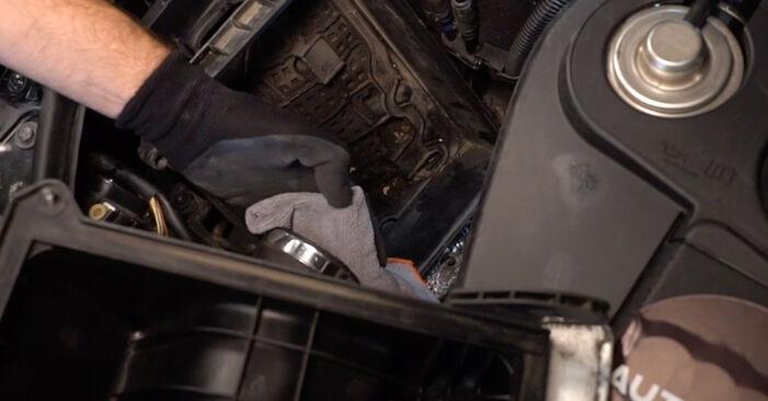 AUDI A4 2.5 TDI quattro Luftfilter ausbauen: Anweisungen und Video-Tutorials online