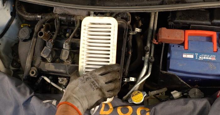 Wie schwer ist es, selbst zu reparieren: Luftfilter CITROËN C1 (PM_, PN_) 1.0 2011 Tausch - Downloaden Sie sich illustrierte Anleitungen