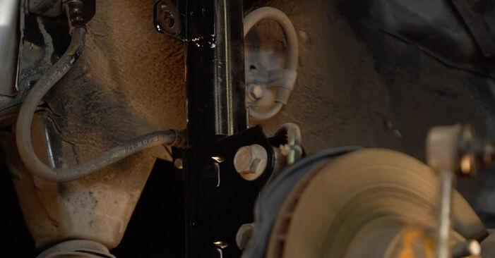 Mudar Tirante da Barra Estabilizadora no Toyota Prius 2 2004 não será um problema se você seguir este guia ilustrado passo a passo