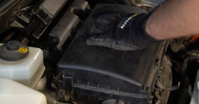 Austauschen Anleitung Luftfilter am Toyota Prius 2 2006 1.5 (NHW2_) selbst