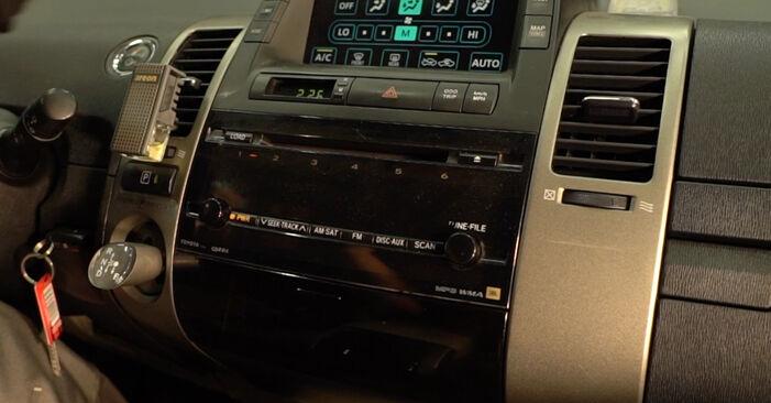 Austauschen Anleitung Innenraumfilter am Toyota Prius 2 2006 1.5 (NHW2_) selbst