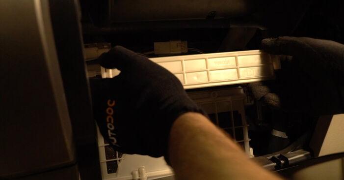 Wechseln Innenraumfilter am TOYOTA PRIUS Liftback (NHW20_) 1.5 Hybrid (NHW2_) 2006 selber