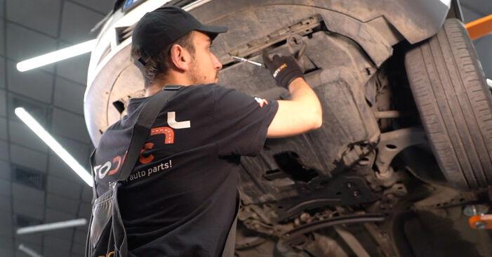 Austauschen Anleitung Ölfilter am Volvo V50 Kombi 2003 2.0 D selbst