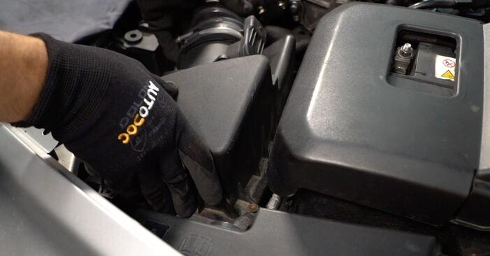 Austauschen Anleitung Luftfilter am Volvo V50 Kombi 2003 2.0 D selbst