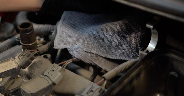 Kaip pakeisti Oro filtras PEUGEOT 107 Hatchback (PM_, PN_) 2010: atsisiųskite PDF instrukciją ir vaizdo pamokas