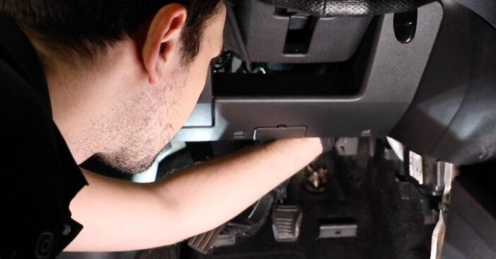 Kiek užtrunka keitimas: Ford Fiesta Mk5 2009 Oro filtras, keleivio vieta - informatyvi PDF instrukcija