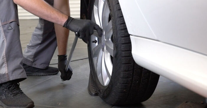 Wie schwer ist es, selbst zu reparieren: Stoßdämpfer Mercedes W245 B 180 1.7 (245.232) 2011 Tausch - Downloaden Sie sich illustrierte Anleitungen