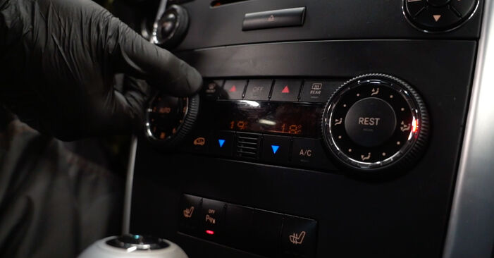 Innenraumfilter Ihres Mercedes W245 B 170 NGT 2.0 (245.233) 2006 selbst Wechsel - Gratis Tutorial