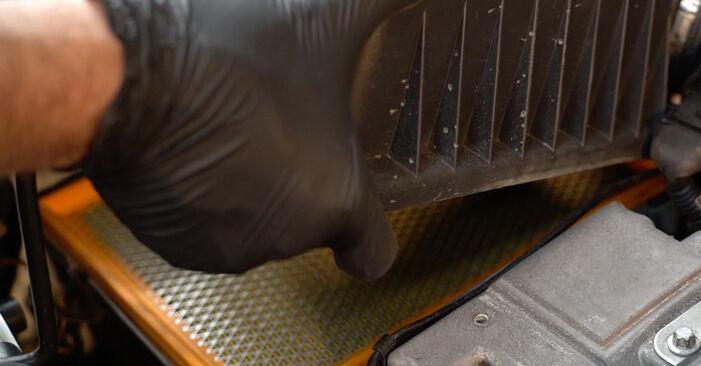 Ersetzen Sie Luftfilter am OPEL Zafira A (T98) 1.6 16V (F75) 2002 selber