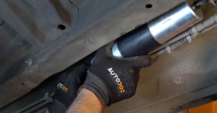 Svépomocná výměna 5 Sedan (E39) 528i 2.8 2000 Palivový filtr - online tutoriál