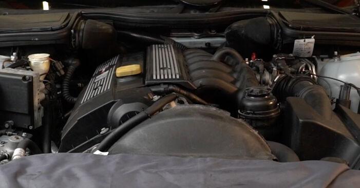 BMW 5 SERIES 2002 Palivový filtr návod na výměnu, krok po kroku