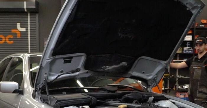 Jak vyměnit Palivový filtr na BMW E39 1995 - bezplatné PDF a video návody