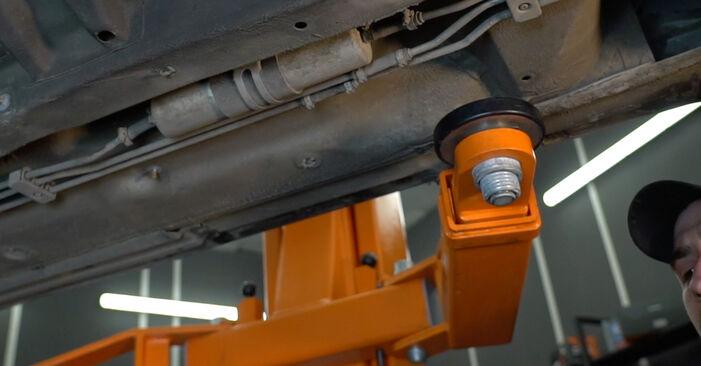 Jak vyměnit Palivový filtr na BMW 5 Sedan (E39) 2000: stáhněte si PDF návody a video instrukce.