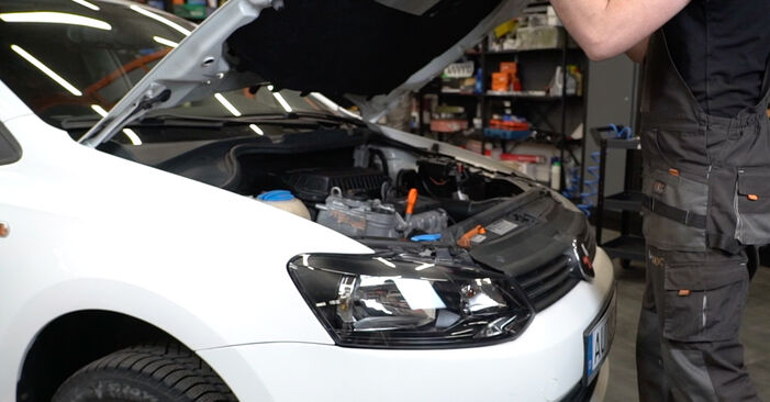 Wie Stoßdämpfer VW Polo 5 Limousine 1.6 TDI 2009 tauschen - Kostenlose PDF- und Videoanleitungen