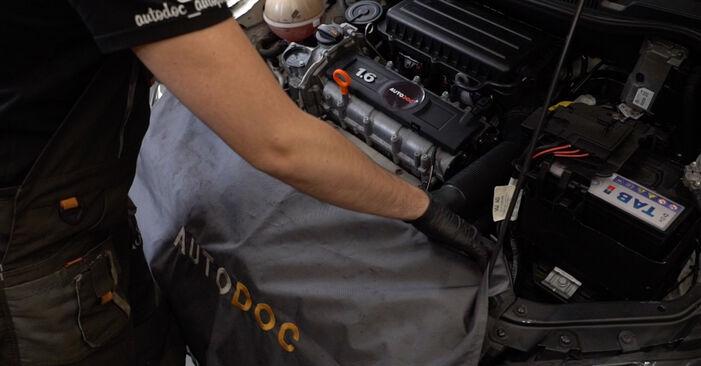 Wie Stoßdämpfer VW Polo Limousine (602, 604, 612, 614) 1.4 2010 austauschen - Schrittweise Handbücher und Videoanleitungen