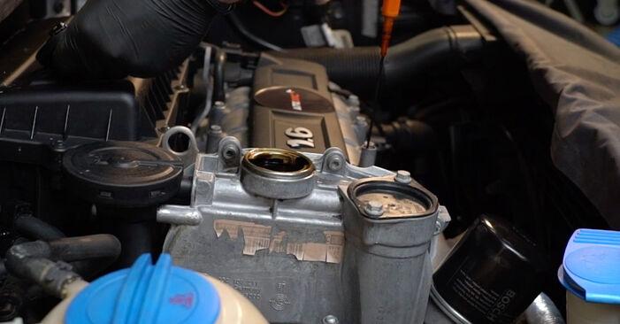 Wie Ölfilter VW Polo Limousine (602, 604, 612, 614) 1.4 2010 austauschen - Schrittweise Handbücher und Videoanleitungen