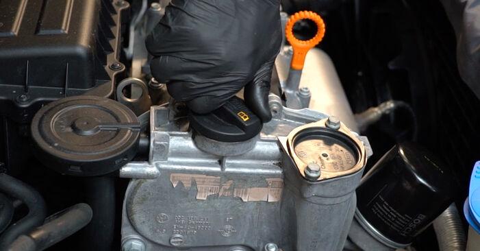 Ölfilter am VW Polo Limousine (602, 604, 612, 614) 1.5 TDI 2014 wechseln – Laden Sie sich PDF-Handbücher und Videoanleitungen herunter