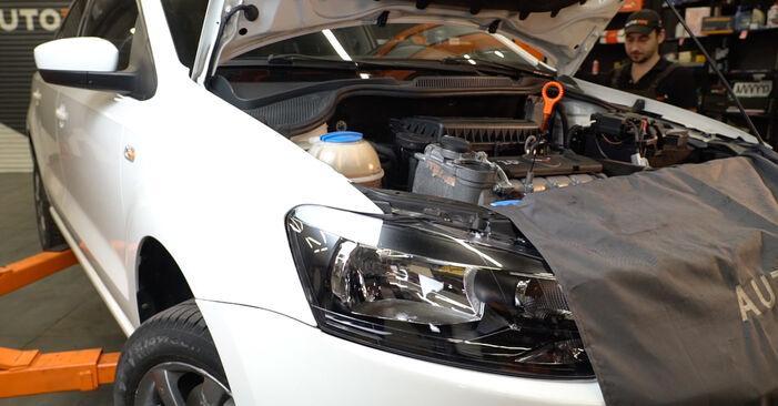 Wechseln Ölfilter am VW Polo Limousine (602, 604, 612, 614) 1.2 TSI 2012 selber