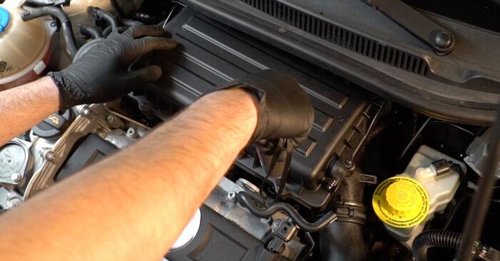 Wechseln Sie Luftfilter beim VW Polo Limousine (602, 604, 612, 614) 1.2 TSI 2012 selbst aus