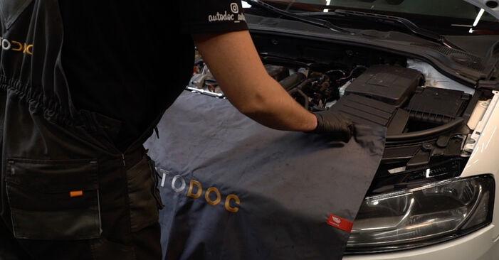 Как да сменим AUDI A3 Sportback (8PA) 2.0 TDI 16V 2005 Запалителна свещ - стъпка по стъпка инструкции и видео ръководства