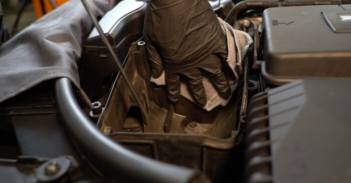 Mennyire nehéz önállóan elvégezni: Audi A3 8pa 1.4 TFSI 2010 Levegőszűrő cseréje - töltse le az ábrákat tartalmazó útmutatót