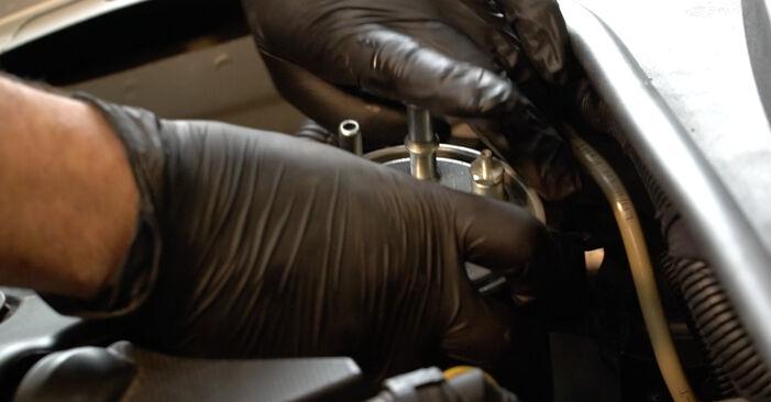Kraftstofffilter am FIAT GRANDE PUNTO (199) 1.9 D Multijet 2010 wechseln – Laden Sie sich PDF-Handbücher und Videoanleitungen herunter