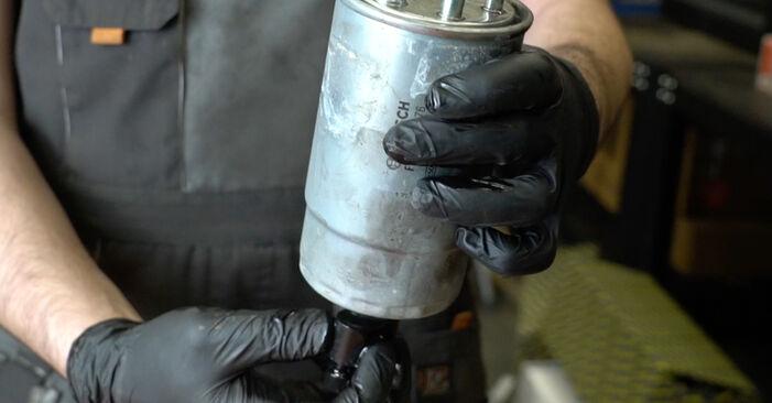 Kraftstofffilter beim FIAT GRANDE PUNTO 1.3 D Multijet 2012 selber erneuern - DIY-Manual